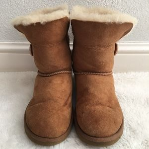 UGG 5803 Short Boots One Button Size 7